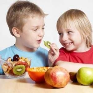 niños frutas